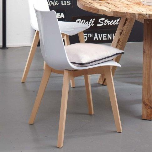 Stuhl mit weißer Sitzschale aus Polycarbonat. Füße naturfarbenes Birkenholz (Italien). Ca. 82 x 51 x 48 cm.