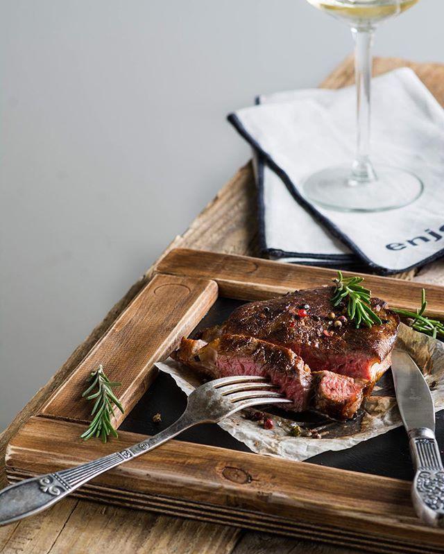 А вы знаете как приготовить сочный, тающий во рту стейк? Если нет, сейчас вам расскажу )). Пласт говядины толщиной примерно 2 см промойте, хорошо обсушите бумажным полотенцем, и намажьте растительным маслом, оливковым, например. Солить и перчить не нужно!  На раскалённой сухой сковороде обжарьте торцы стейка, около 20 секунд каждую сторону. Если есть щипцы, то держим щипцами, если нет, можно держать рукой.  Затем обжариваем стейк с двух сторон на сильном огне около минуты с каждой стороны…