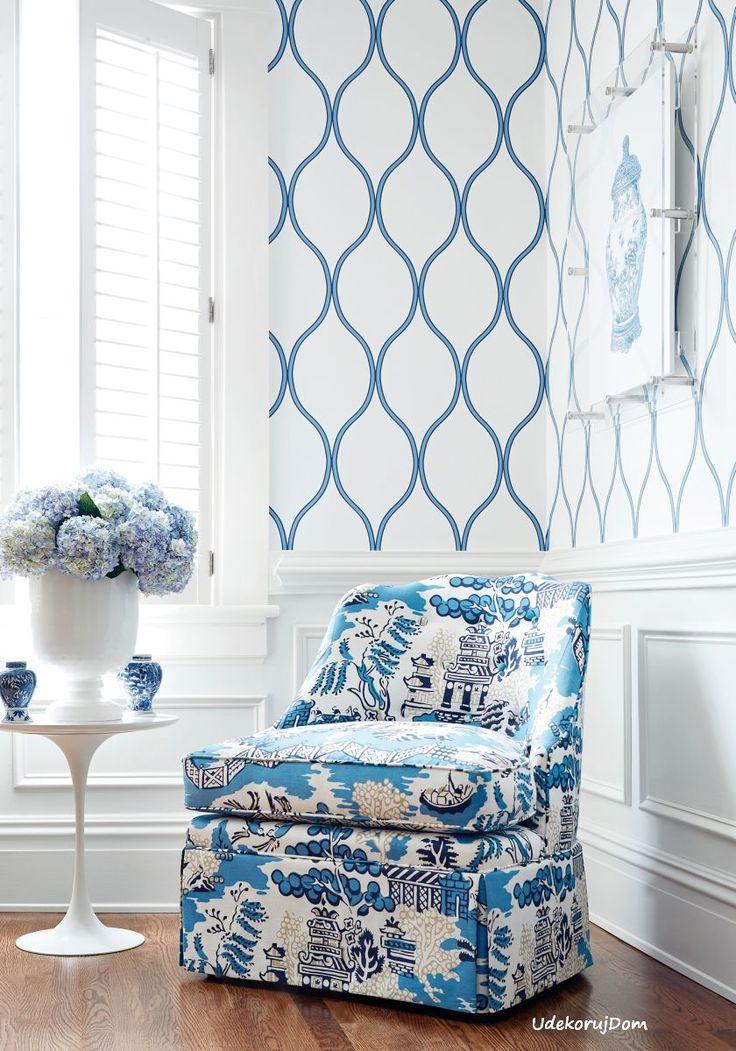 Wnętrze w niebiesko-białej stylizacji - z orientalnym wzorem toile de Jouy na tapicerce fotela.