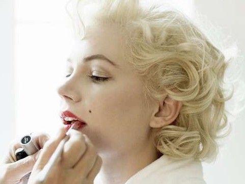 Frangetta sagomata, eyeliner deciso e labbra rosso fuoco. Per uno stile rétro, ma dagli effetti moderni