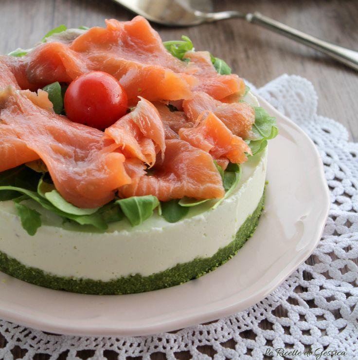 Ricetta con e senza Bimby della cheesecake salata al salmone. Antipasto freddo facile e scenografico da portare sulla tavola delle Feste o buffet salati.