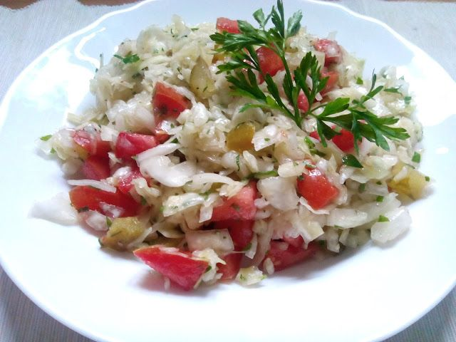 magiczna kuchnia Kasi: Surówka z białej kapusty z pomidorem i ogórkiem