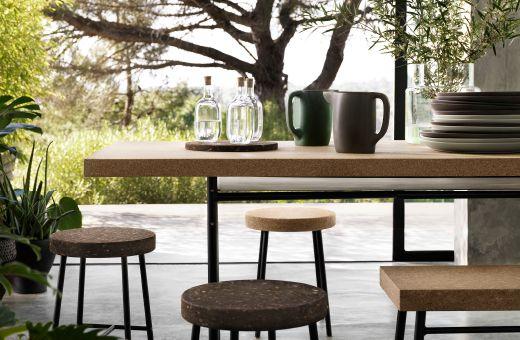 SINNERLIG tafel en krukjes en glazen kannen