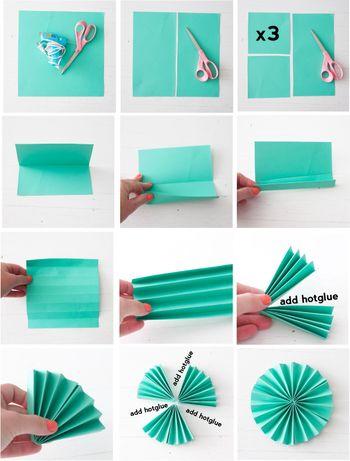 正方形の紙を3枚用意します。それぞれ山折と谷折りを繰り返してアコーディオンのひだのように折ります。中心で二つに折り、グルーガンで接着します。3枚分のこのパーツを組み合わせて接着すれば完成です。