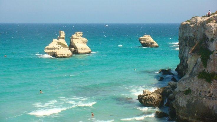 Le 15 spiagge più belle d'Italia- Torre dell'Orso – Puglia. In pieno Salento, la fantastica spiaggia offre uno spettacolo paesaggistico e naturale unico. Molto comoda per andare in famiglia. Una delle spiagge più pulite che di sera diventa un luogo d'incontro imprescindibile per i più giovani.