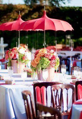 Parapluie pagode comme élément déco principal de la table en plus de protéger les fleurs du soleil. Originalité et romantisme !