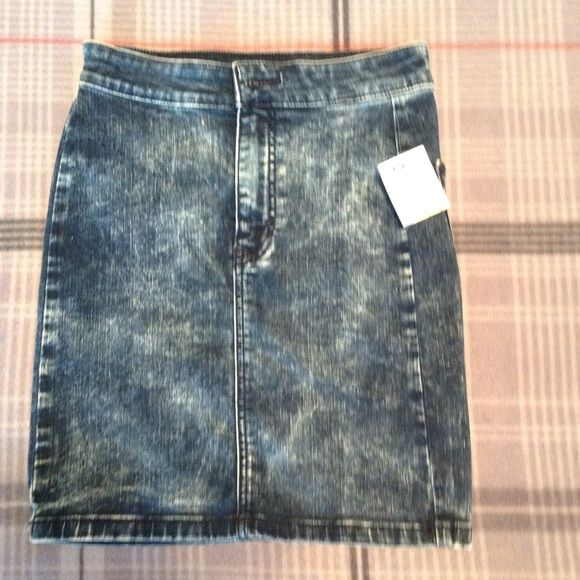 NWT American Eagle Outfitters Skirt Size 2&4 This is a new skirt. This skirt does have super stretch. American Eagle Outfitters Skirts Mini