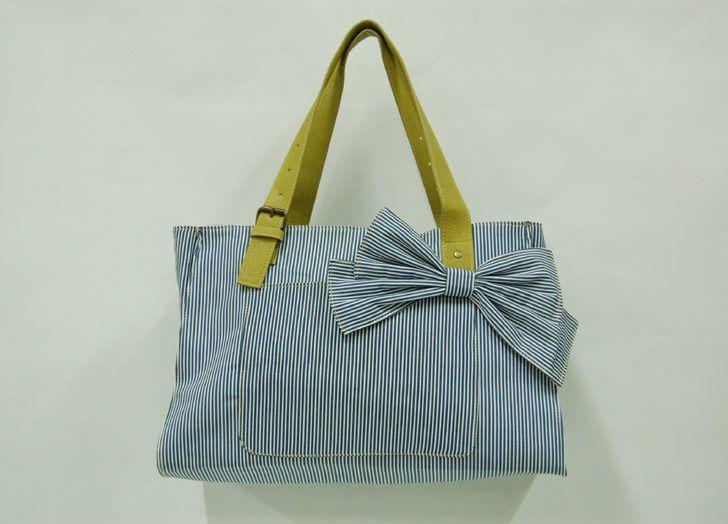 Bolso a rayas azules y blancas con lazo y asa en verde