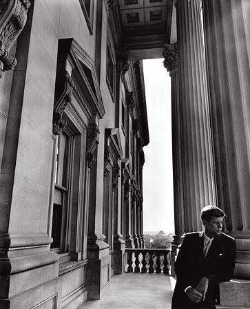Арнольд Ньюман. Гений портрета: Сенатор Джон Ф, Кеннеди, будущий президент США. Вашингтон, 1953  (фотография №4)