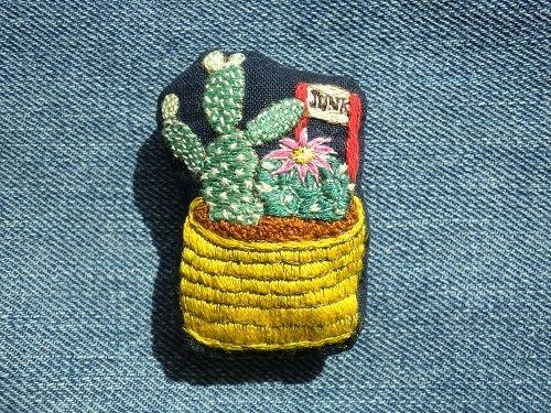 サボテンの寄せ植え刺繍ブローチ(チャーム変更可)画像1
