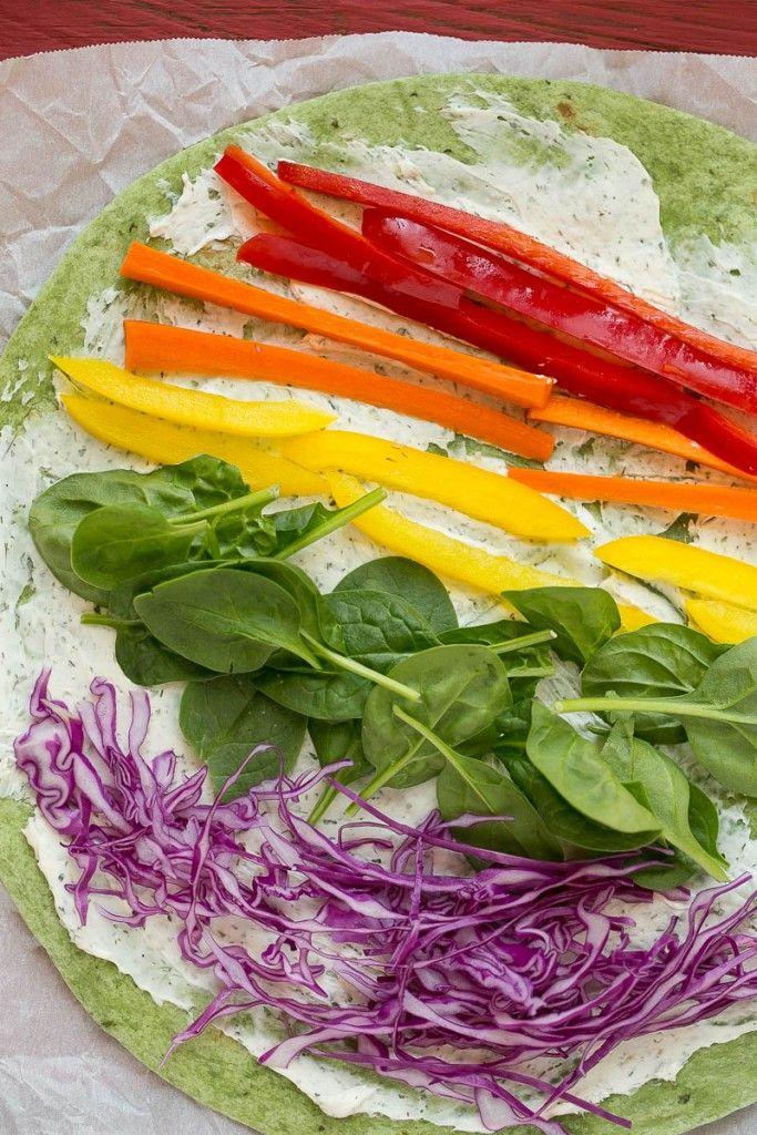 Arc moulinets de légumes sont faits avec maison propagation ranch et une variété de légumes frais pour un coloré et sain déjeuner, collation ou un apéritif.  Un d