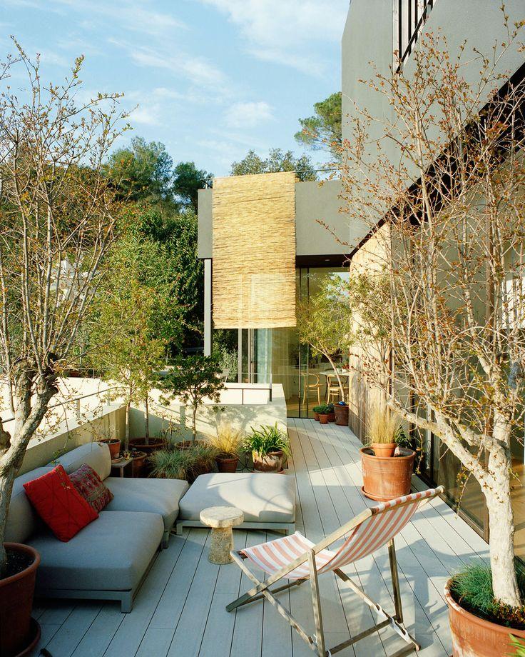Une grande et belle terrasse en bois.