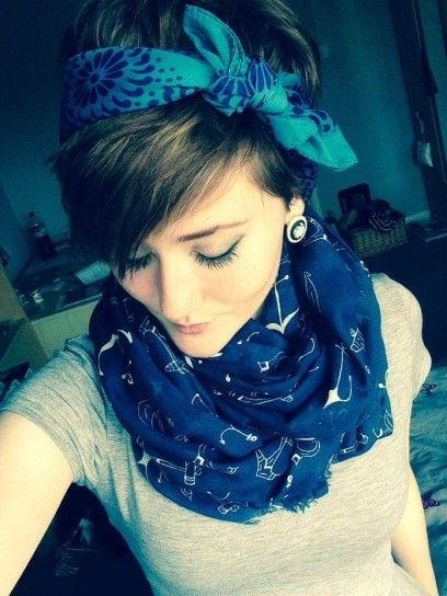 Hairstyle per capelli corti con foulard in stile cerchietto