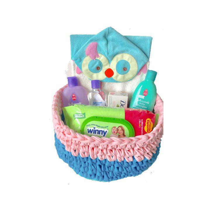 Hemos creado un kit pensando en los cuidados del bebe al momento del baño, este es un regalo ideal para un baby shower, se pueden escoger el color de la canasta y el personaje de la toalla, incluye tarjeta con la dedicatoria que se quiera incluir.