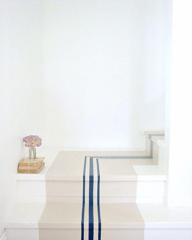 Escalier avec chemin beige et lignes bleues