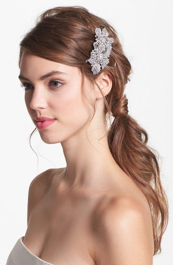 ルーズめスタイルにビーズ刺繍やビジューのついたヘアアクセで華やかさをプラス◎ ウェディングドレス・カラードレスに合う〜ポニーテールの花嫁衣装の髪型一覧〜