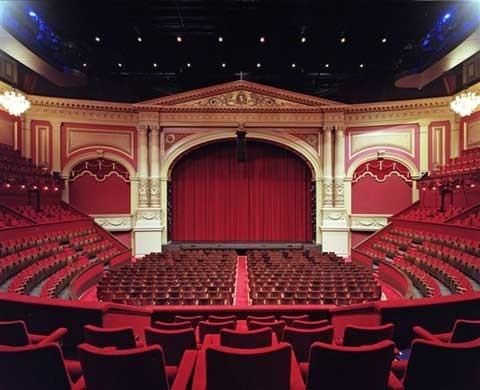 2000: dit is een foto van het carre theater dat in 1879 begon onder de naam Koninklijk Nederlandsch Circus Oscar Carrè en de optredens vonden plaats in een houten gebouw met een stenen gevel. toen er een instorting was waarbij 400 mensen stierven  kwam er een bouwverguning voor het carre van het heden