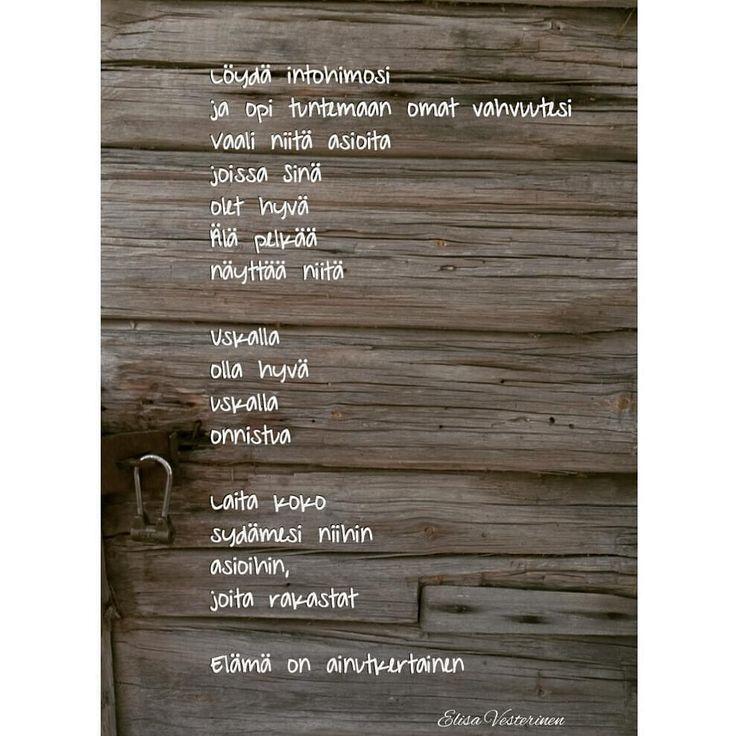 Taustalla ihana, vanhan hirsiaitan ovi tän päivän retkeltä #runo #instarunot #uskallus #rohkeus - elamanpituinenmatka