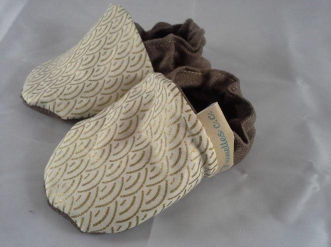 Petits chaussons bébé souples daim et semelle antidérapante. Les chaussons sont souples pour un meilleur confort. Taille: 3 mois, 6 mois