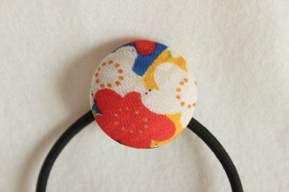 ヴィンテージの着物地を使用したくるみボタンのヘアゴムです。春の訪れを感じる梅の柄です。もともとの布地は赤、青、黄色の雲の色に松竹梅、牡丹などが描かれた色鮮やか...|ハンドメイド、手作り、手仕事品の通販・販売・購入ならCreema。
