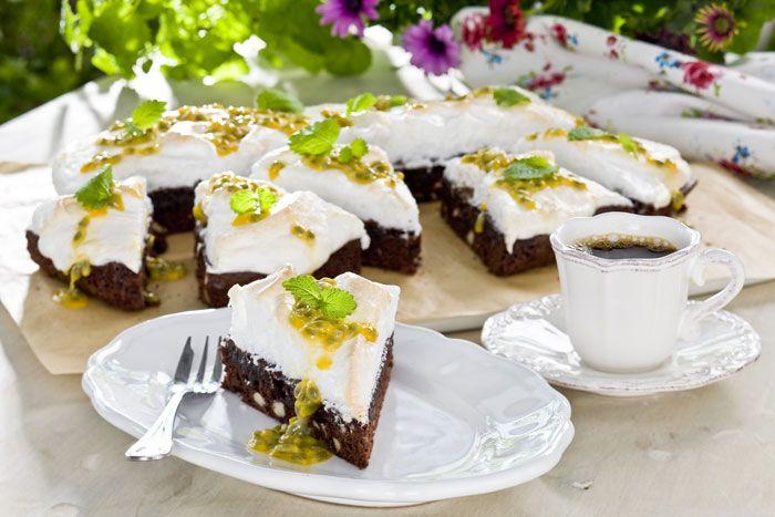 Choklad, maräng och syrlig passionsfrukt på toppen. Ingenting kan gå fel med den här kakan!