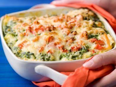 Ingrediënten:  250 g lasagnevellen  400 g verse zalm (in dunne plakjes gesneden)  3 tomaten  400 g spinazie (diepvries)  1 sjalot  250 g ...