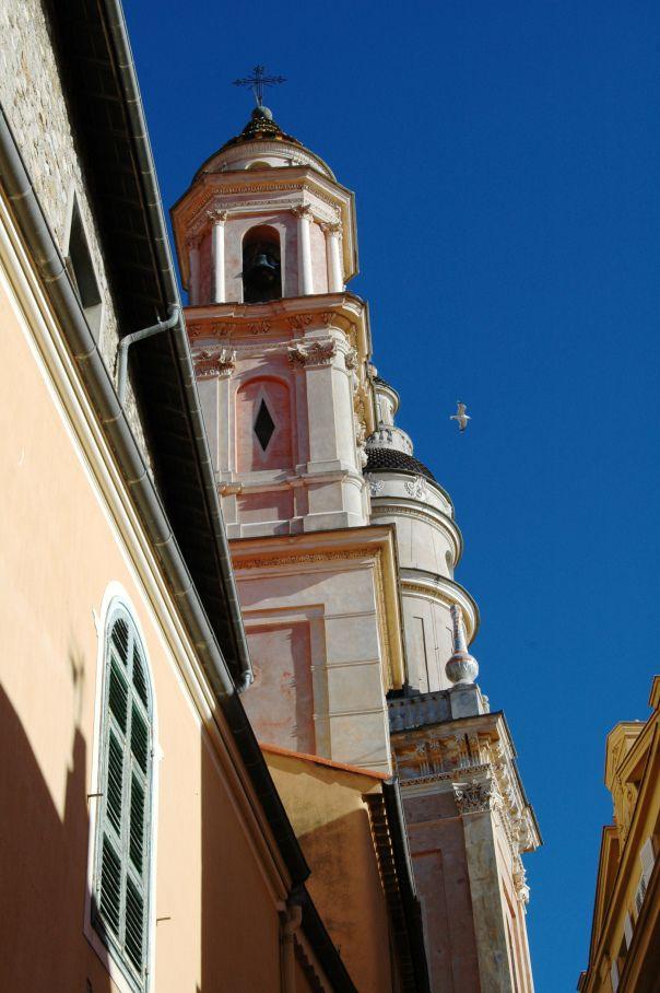 Mentone, i campanili della Cappella dei Penitenti Bianchi e della Basilica di di San Michele Arcangelo