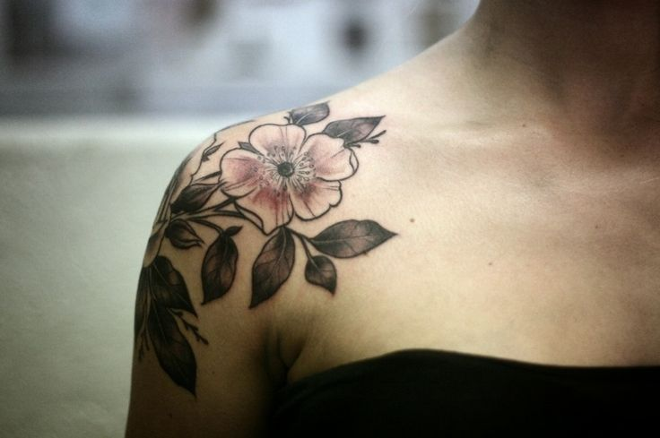 Shoulder Cap Tattoos for Women flower | Tattoo am Oberarm – 40 Ideen für Männer und Frauen