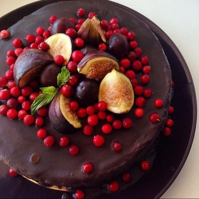 Сыроедческий шоколадный торт с ягодами