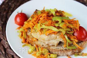 Schab pod pierzynką. Zapiekany z warzywami: porem , marchewką i cebulką - jest fantastycznym pomysłem na obiad. A podany z pieczonymi ziemniaczkami zachwyci nawet najbardziej wybrednych smakoszy!