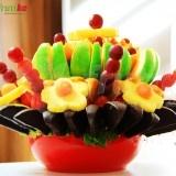 Ovocný koktejl je jedlá květina vytvořená z nejrůznějších druhů čerstvého ovoce, která se skvěle hodní jako originální ozdoba na firemní akci, firemní večírek, cattering, svatbu či jinou významnou událost. Ovocné kytice jsou naprostou novinkou a vzhledem k tomu, že skvěle chutnají i vypadají, nesmí chybět na žádné slavnostní události, rautu či meetingu. Objednejte si tuto jedinečnou květinu z ovoce ihned online.