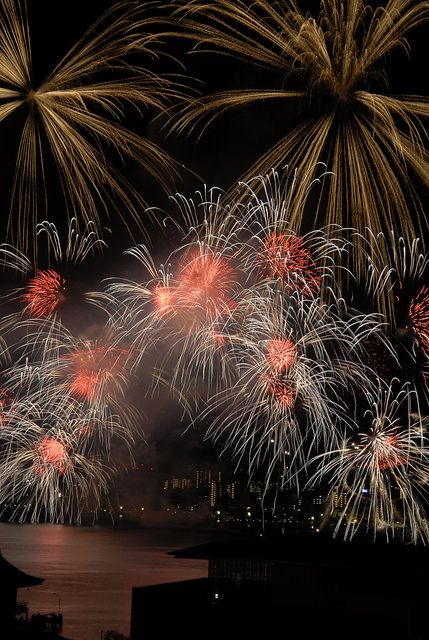 I love the multi level effects used in this show. Lake Biwako Fireworks Festival, Japan