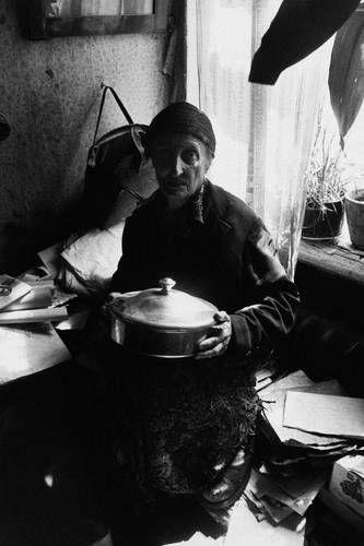 ©Борис Смелов. «Старуха с мельхиоровой миской. 1975» Посмотреть покрупнее!