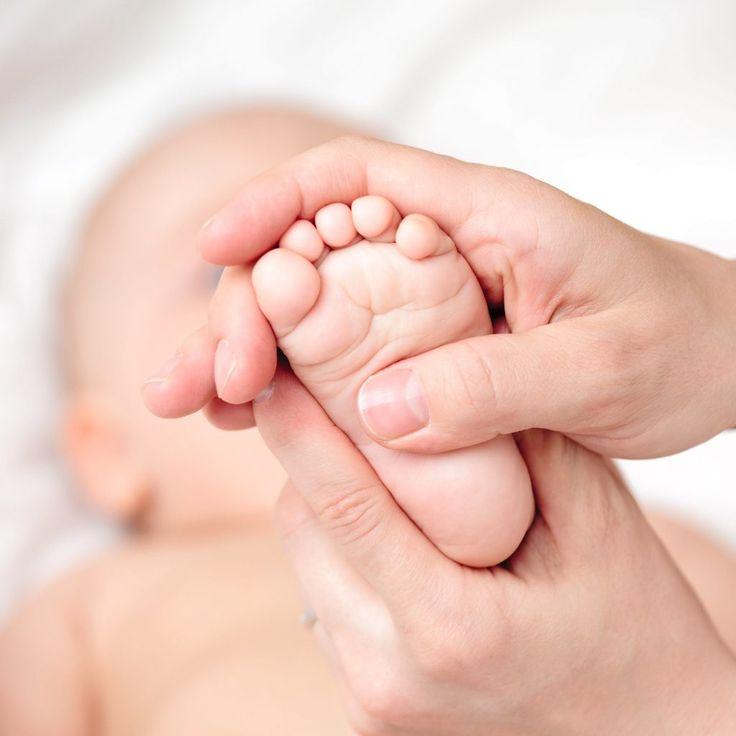 Všechny děti mají do určitého věku plochou nohu. Jak ji poznat a řešit, když už by být plochá neměla? Cvičením, tejpováním a vhodnou obuví dokážete zázraky.