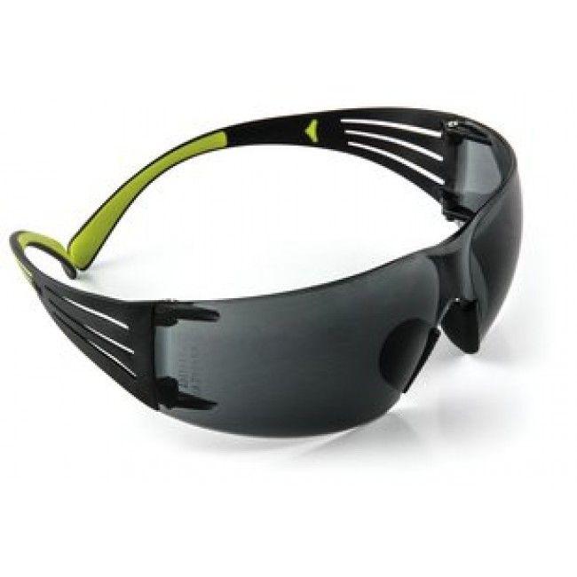 Ochelari de protectie 3M SECURE FIT 400. Tehnologie patentată 3M pentru difuzarea presiunii din zona tâmplelor. Potriviți pentru diferite dimensiuni ale feței. Suport din silicon pe nas, ajustabil. Brațe moi pentru confort ridicat. Fixare sigură - nu alunecă de pe cap. Nu se ajustează pentru o siguranță ridicată.  Lentile din policarbonat, culoare gri.Tratament anti-condens și anti-zgâriere. 😎🚴♂️👍🚛🆓‼️🏗️ #ochelari3M #ochelariprotectie #3M #securefit #ochelarilucru #equipmagro
