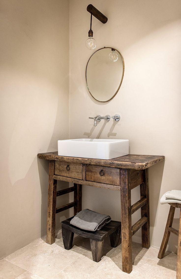 Une petite table à tiroirs devient plan vasque dans la Dimora delle Balze