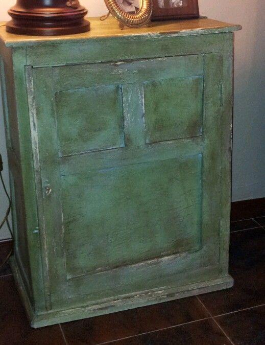 Pequeño mueble de un gallinero...Siiiiiiiiiiiiiiiiiiiiii. Lo hemos pintado con Chalk Paint de Annie Sloan. Hemos hecho una mezcla de colores con: Provence, Louise blue, Antibes y un poco de Cream. Para terminar clear wax y dark wax.