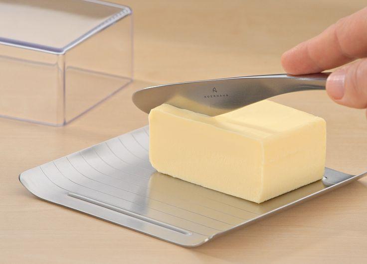 Nowoczesna i elegancka maselniczka marki Auerhahn wykonana jest z najwyższej jakości stali nierdzewnej i tworzywa sztucznego. Maselniczka posiada pokrywę, jest łatwa w utrzymaniu czystości. Idealnie wkomponuje się w zastawę stołową, jak również pośród innych akcesoriów kuchennych.