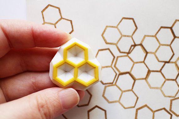 tampon en nid d'abeille hexagone à la main. petit 3 hexagones. créer des motifs en nid d'abeille. chaque timbre en caoutchouc est dessiné et gravé par talktothesun.  TAILLE : sur 2.5cm(1in)  SUR LES TIMBRES EN CAOUTCHOUC : • bloc épais de caoutchouc souple • bloc couleur peut varier • non montés sur des poignées ou des arrêts • supports ou poignées - en option avec supplément • matériaux pour support poignée supplémentaire www.etsy.com/listing/116487845/  IDÉES DE BRICOLAGE&#x2...