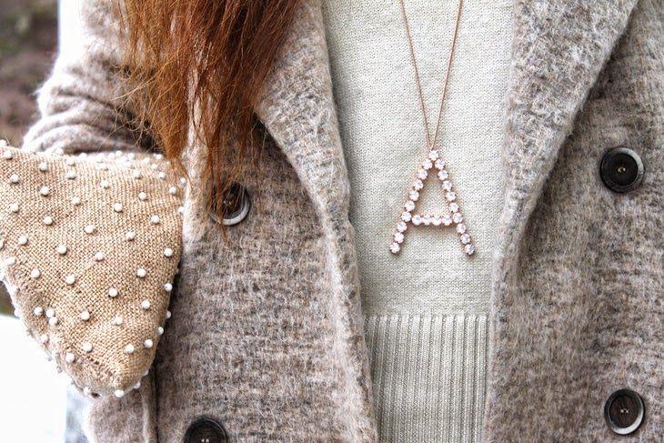 idea outfit con un cappotto classico beige, look con colori naturali, collane stile lettering con iniziale onlyou di zoppini, fashion blogger, amanda marzolini, outfit invernali, cappotti classici ispirazioni  outfit, fashion, style, streetstyle, winter, classy, zippini, jewels, bijoux, gioielli, trend