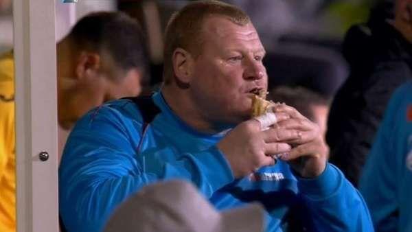 Investigan por sospechas de apuestas al arquero que se comió un sándwich en medio de un partido Se trata de Wayne Shaw, que con 115 kilos es suplente enSutton United, el equipo de quinta división que enfrentó al Arsenal por la FA Cup. Fuente... http://sientemendoza.com/2017/02/21/investigan-por-sospechas-de-apuestas-al-arquero-que-se-comio-un-sandwich-en-medio-de-un-partido/