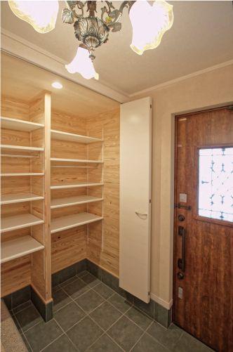 玄関には、たっぷり収納出来るシューズBOXを設置しました。 デザイン ナチュラル インテリア 収納 