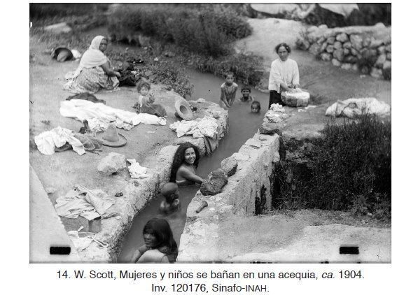 1904 mujeres y niños bañandose.
