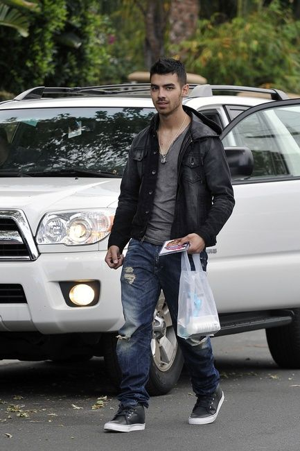 Joe Jonas, immortalato con le sue Toki versione Premium in pelle.  http://www.aw-lab.com/shop/nike-toki