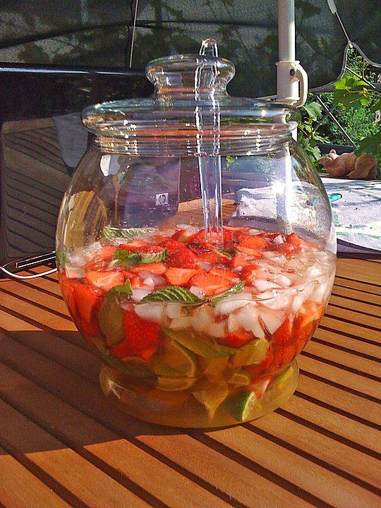 Weltbeste Erdbeerbowle, ein raffiniertes Rezept aus der Kategorie Sommer. Bewertungen: 7. Durchschnitt: Ø 3,3.