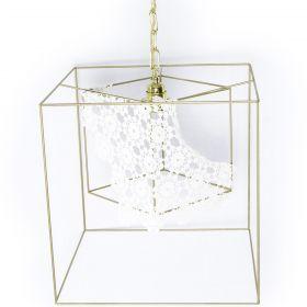 Lampada a sospensione. Il paralume, interamente fatto a mano, è formato da un telaio in ferro verniciato oro lucido sul quale viene applicato un rivestimento in cotone lavorato all'uncinetto. #artigianato #madeinitaly #lampada #lamp
