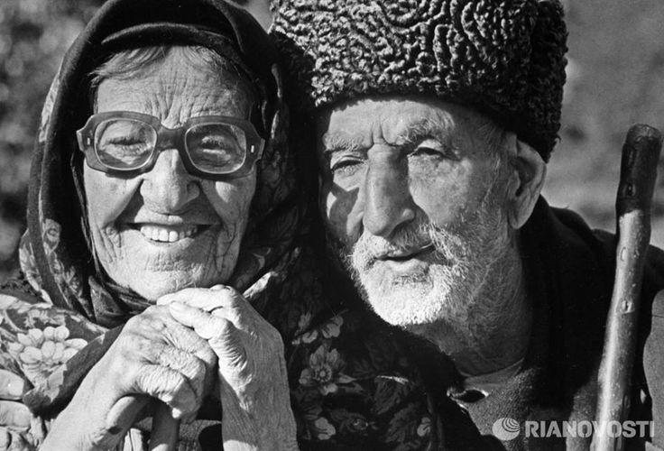 Целый век вместе: 120-летний Ильяс Джафаров с женой в день столетней годовщины их свадьбы в Азербайджане. Фото: В. Калинин, 1986 год —