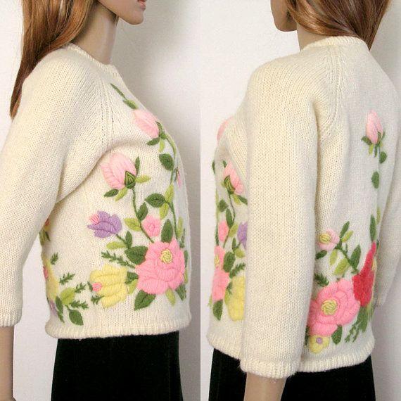 RESERVADO RESERVADO POR FAVOR NO COMPRAR A MENOS QUE SEA TERRY! 1950s 1960s suéter Cardigan lana para bordar bordado de rosas en blanco crema. ¿Necesita un toque de primavera? Este hermoso 50 finales, posiblemente principios de los 60, suéter de la Rebeca está cubierto de rosas y flores de color rosa pálido, rosa, rosa, lavanda, amarillo y profundo, rojo color de rosa, con hojas verdes oscuros y verdes musgo y enredaderas. Los capullos de rosa superior son 3D hinchados. -Ningún fabricante…