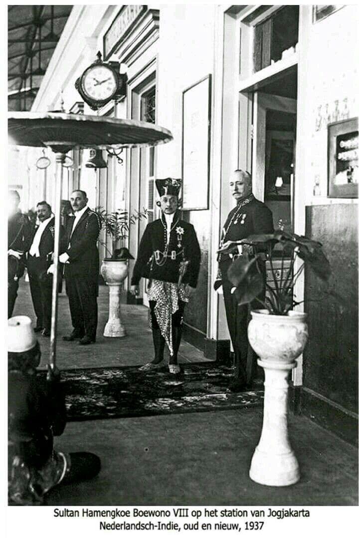 Sultan Hamengku Buwono VIII ketika berada di Stasiun Yogyakarta th 1937.