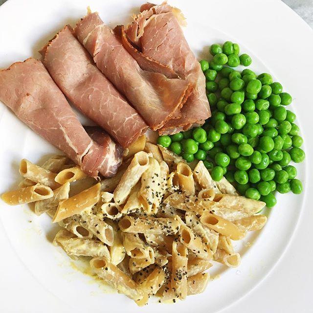 En enklare middag idag, carbzones bönpasta med en klick dijonsenap, gröna ärtor och rostbiff. Enkelt och väldigt gott 😋 46g bönpasta, 70g rostbiff och 50g ärtor. 47,5g protein och 285 kcal för denna tallrik 🥒🍖👅 #deffmat #fitfood #fitness #fitnessfood #hälsa #foodprep #träna #träningsmat #deff #protein #healthyfood #foodblogger #foodinstagram #dinner #carbzone